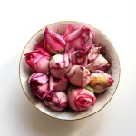 (Wilted rosebuds. I like to enjoy flowers as long as possible.)